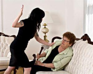 Madre maltratada por su hija